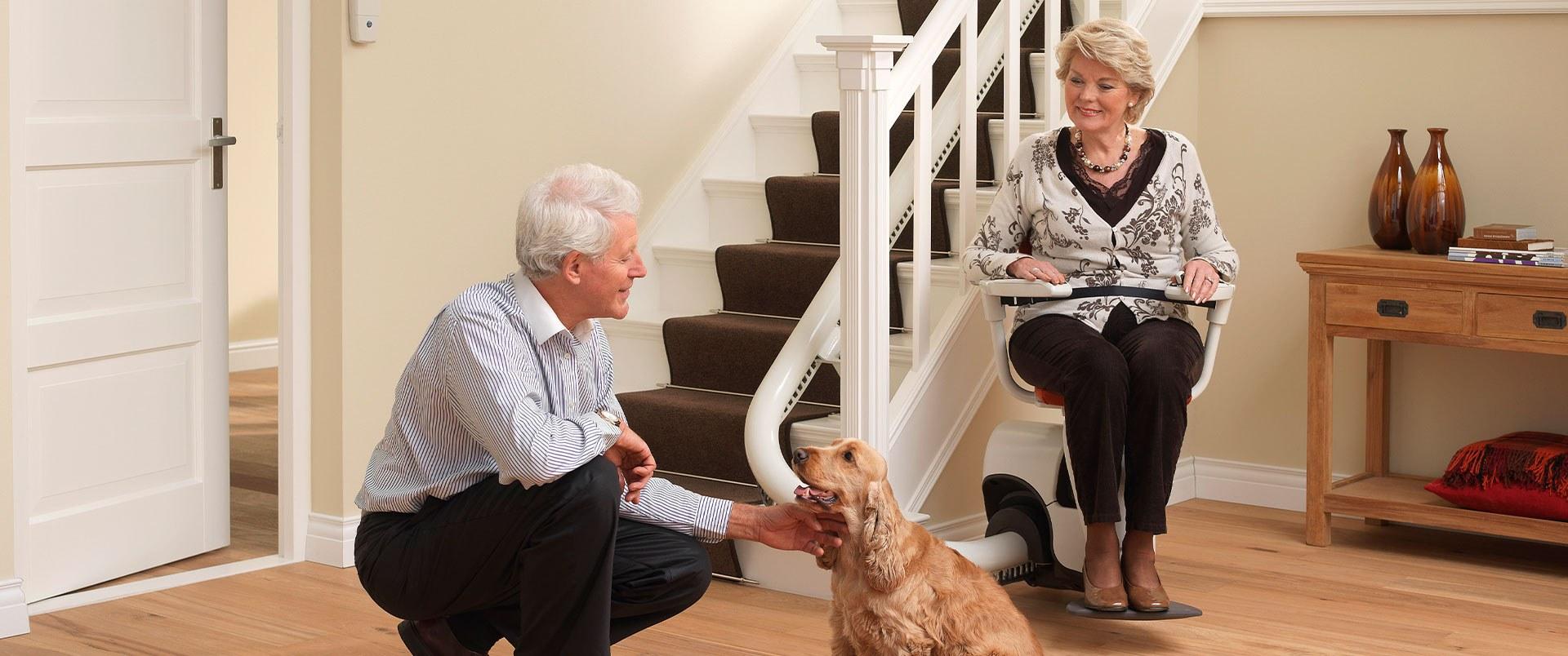 Treppenlift mit Familie und Hund.